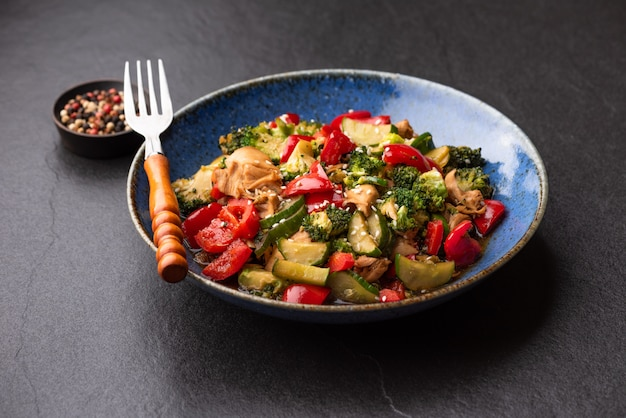 Gemüseaufruhr gebraten auf blauer platte