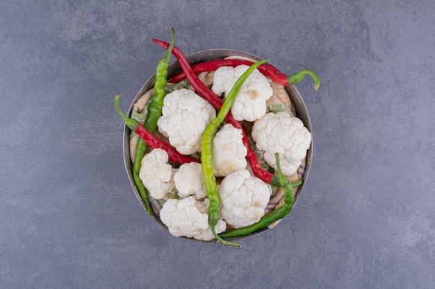 Gemüsebrett mit chilischoten und blumenkohl.