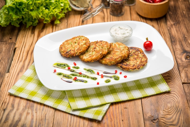 Gemüseburger mit spinat und gemüse