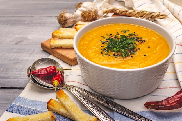 Gemüsecremesuppe. gesundes veganes (vegetarisches) ernährungskonzept. knoblauch, croutons, gewürze, aromatische gewürze