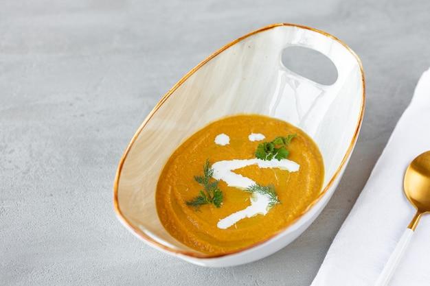 Gemüsecremesuppe in schüssel auf grauem tisch