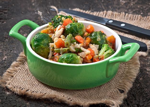Gemüseeintopf in einer schüssel