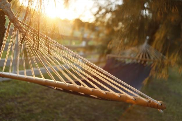 Gemüsefaser-hängematte bei goldenem sonnenuntergang im feld