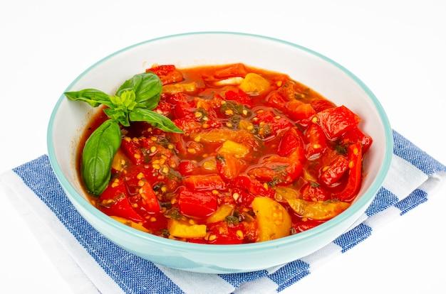 Gemüsegericht aus gedünsteten paprika und tomaten, lecho, vegetarisches menü. studiofoto.