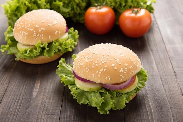 Gemüsehamburger mit pommes-frites auf dem holztisch.