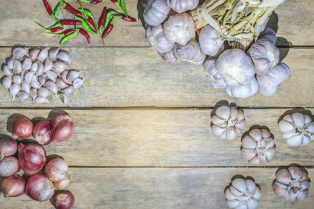 Gemüsehintergrund gesunder garten-schalotten-thailändischer knoblauch-thailändischer vogelchili.