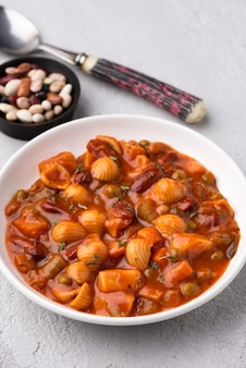 Gemüsekörner erbsensuppe in tomatensauce