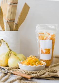 Gemüsekonserven in vinaigrette verpackt, mit leerem etikett und platz für text.