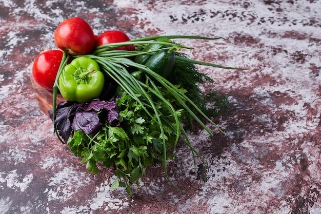 Gemüsemischung isoliert auf einem stück marmor.