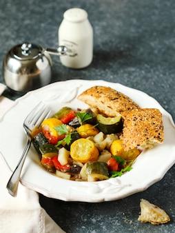 Gemüseragout. vegetarischer eintopf aus zucchini, auberginen, zwiebeln, kartoffeln und tomaten mit kräutern.