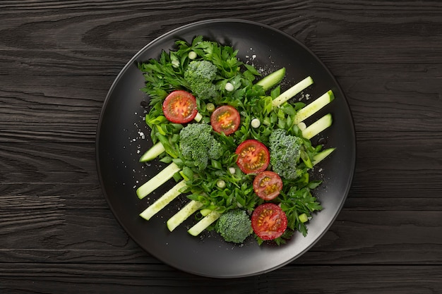 Gemüsesalat auf dunkler platte design haute cuisine foto in low key