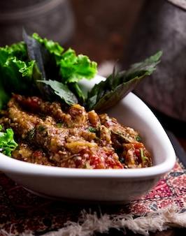 Gemüsesalat auf holzkohle auf dem tisch grillen