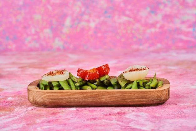 Gemüsesalat auf holzplatte.