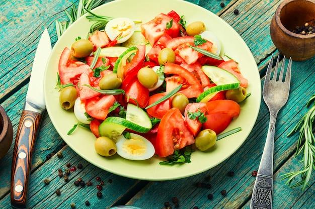 Gemüsesalat aus tomaten, gurken, oliven und eiern