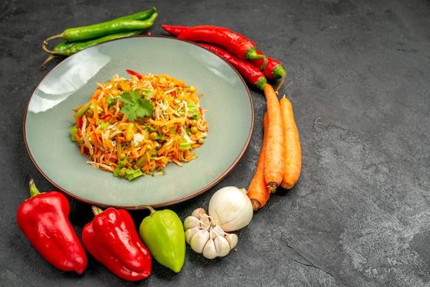 Gemüsesalat der vorderansicht mit frischem gemüse auf grauem tischdiät-gesundheitskostsalat