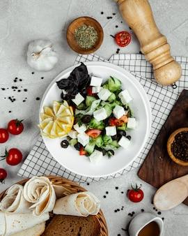 Gemüsesalat garniert mit weißkäse