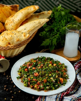 Gemüsesalat in der platte auf dem tisch