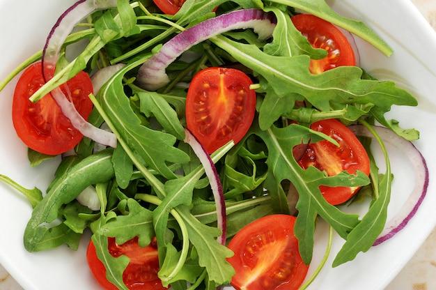 Gemüsesalat - kirschtomaten, rucola, rote zwiebel