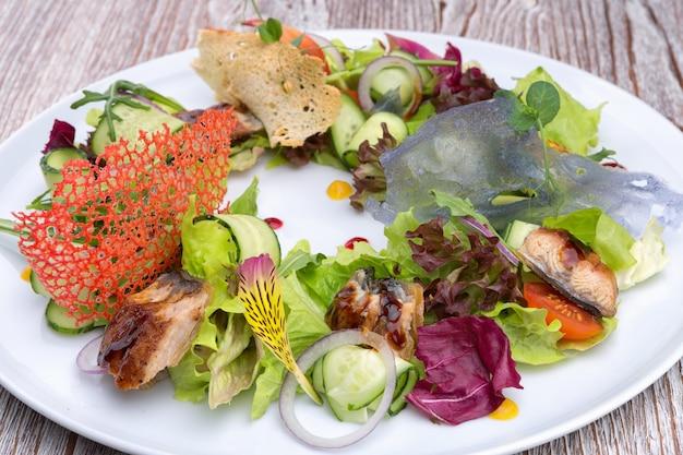 Gemüsesalat mit aal auf einem teller