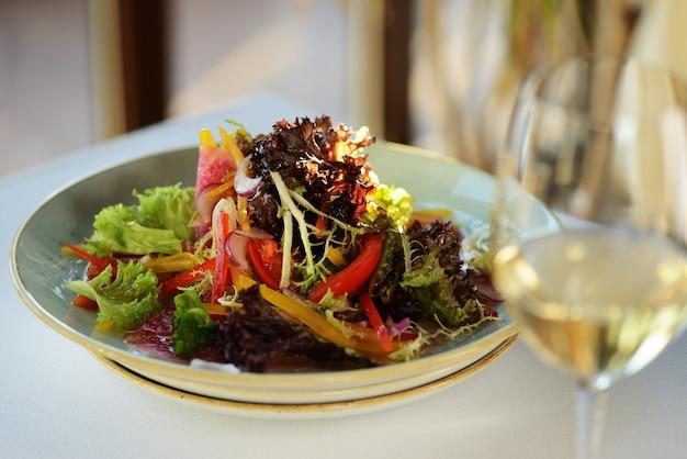 Gemüsesalat mit daikon, gurke, karotten und spinat. koreanischer rettich, roter rettich