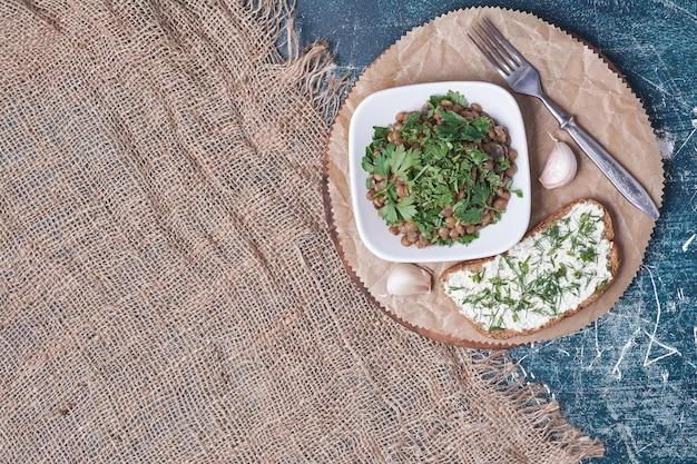 Gemüsesalat mit einer scheibe toast.