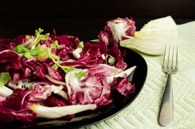 Gemüsesalat mit endivien und fenchel