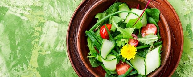 Gemüsesalat mit frischem kopfsalat. gesunder frühlingssalat. gemischter blattsalat