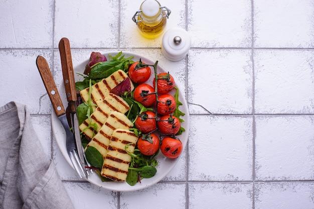 Gemüsesalat mit gegrilltem halloumi-käse