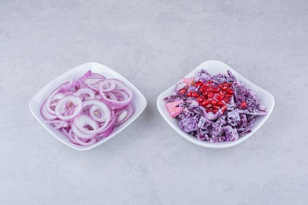 Gemüsesalat mit gehacktem rotkohl und zwiebeln