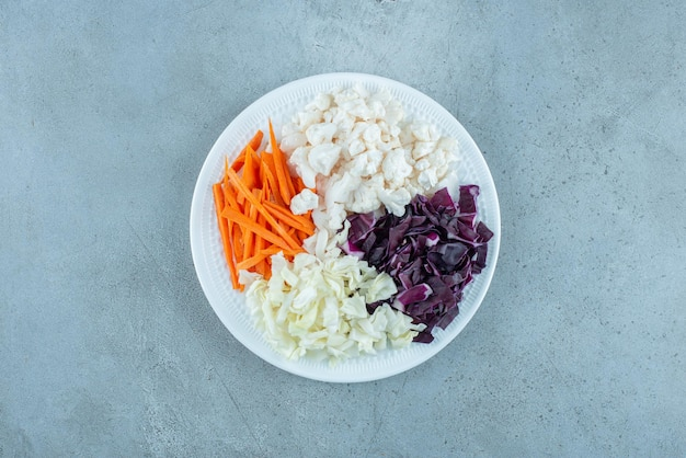 Gemüsesalat mit gehacktem weiß- und purpurkohl und beilagen.