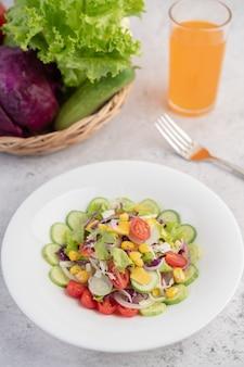 Gemüsesalat mit gekochten eiern in einer weißen schale.