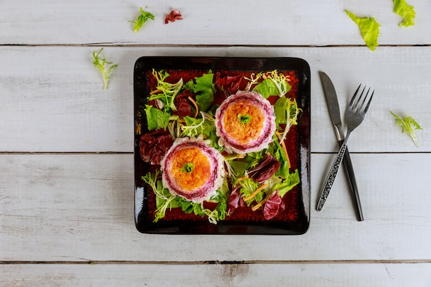 Gemüsesalat mit gekochten kartoffeln, rote beete, karotten und ei