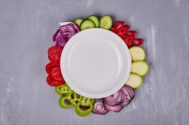 Gemüsesalat mit geschnittenen und gehackten lebensmitteln.