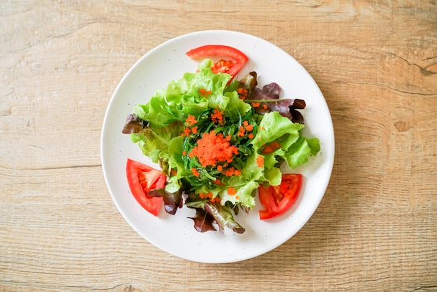 Gemüsesalat mit japanischen algen- und garneleneiern, gesund und vegetarisch