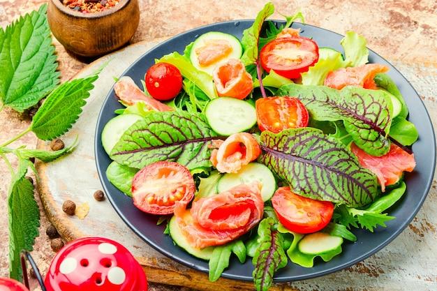Gemüsesalat mit lachs