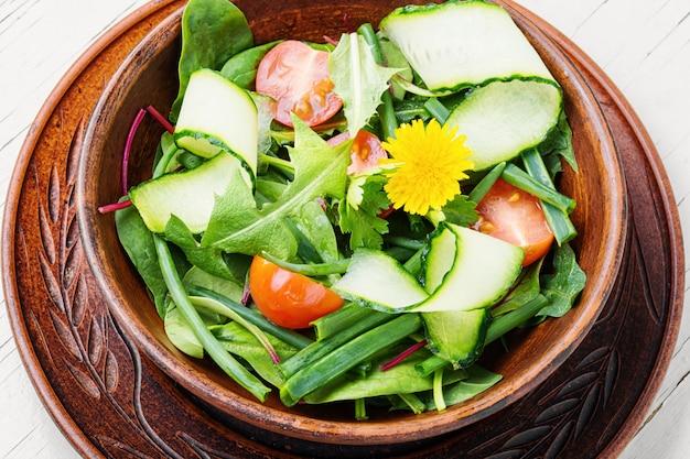 Gemüsesalat mit löwenzahn.