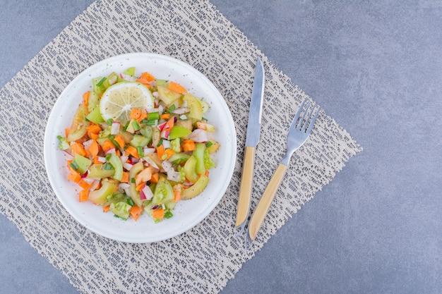 Gemüsesalat mit saisonalen speisen in einer keramikschale