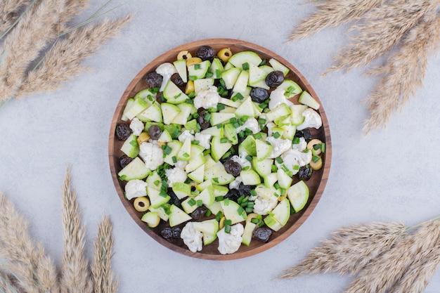 Gemüsesalat mit schwarzen oliven und blumenkohl