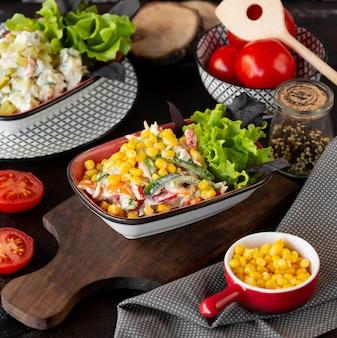 Gemüsesalat mit tomaten-, salat- und maissamen.