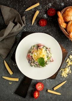 Gemüsesalat mit tomaten und gurken, gewürzt mit mayonnaise