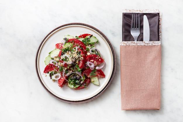 Gemüsesalat mit tomaten und gurken