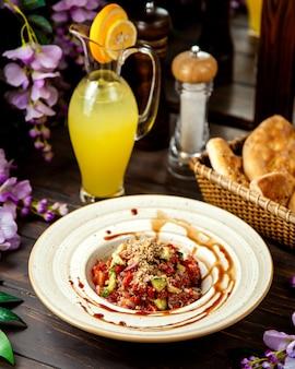 Gemüsesalat mit tomatengurken-olivenöl mit roten zwiebeln und nüssen