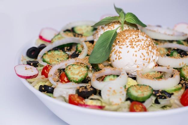 Gemüsesalat mit zwiebeln und schwarzen oliven