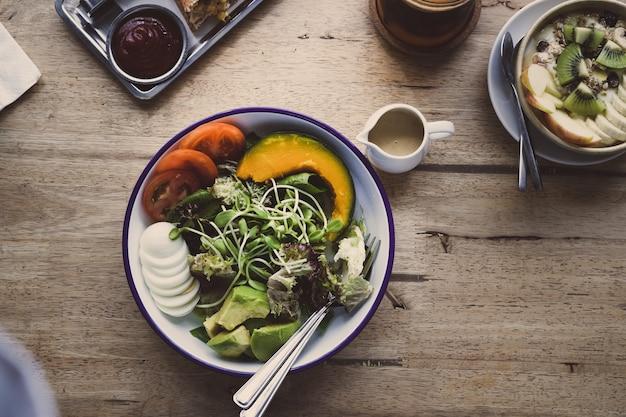 Gemüsesalat und avocado sauberes essen für die gesundheit, beginnen sie ein gutes leben mit einem hochwertigen frühstück