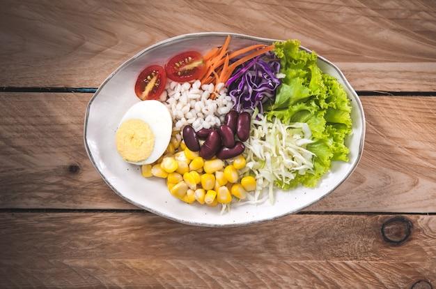 Gemüsesalatsatz selbst gemachter frischer frühling der vitamine
