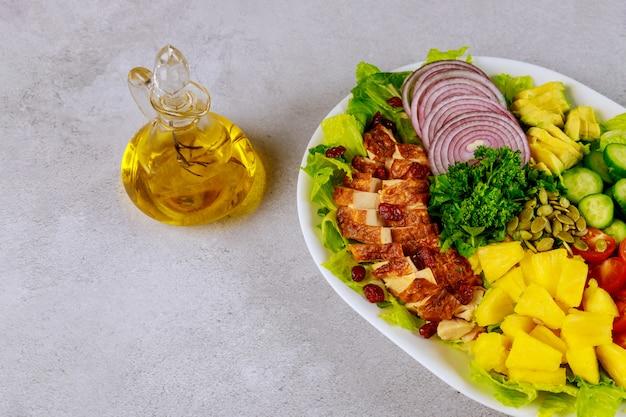Gemüsesalz mit olivenöl in glasflasche