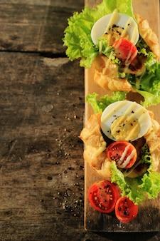Gemüsesandwich mit gekochtem ei, gemüse und mayonnaisesoße