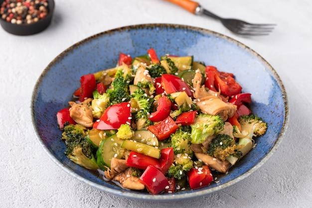 Gemüsestall gebraten auf blauer platte