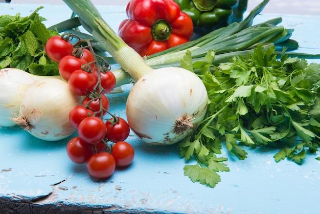 Gemüsestillleben für eine gesunde vegane mahlzeit