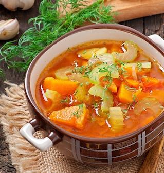 Gemüsesuppe auf der alten holzoberfläche